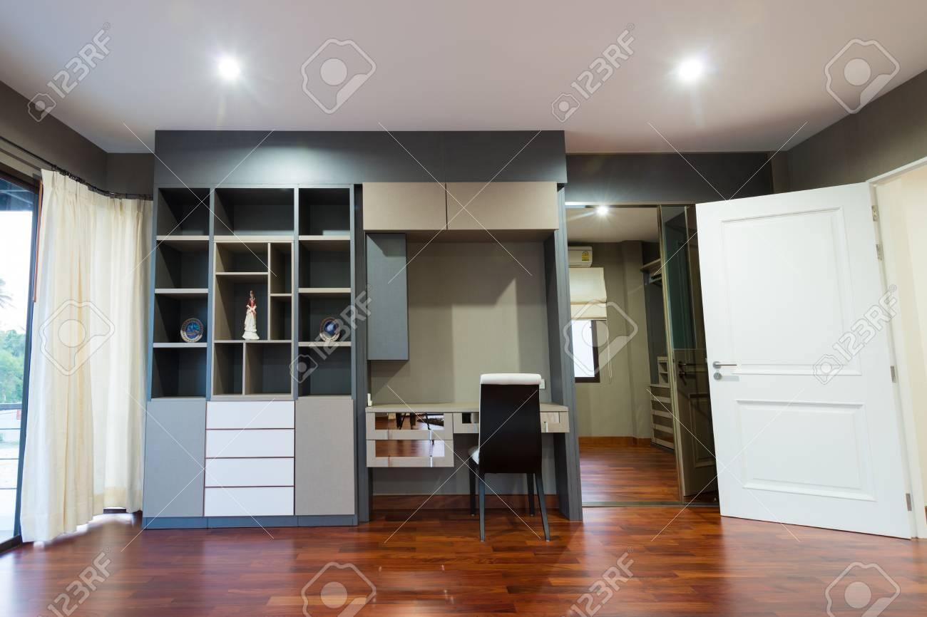 Bücherregal Und Schreibtisch In Der Modernen Raum Lizenzfreie Fotos