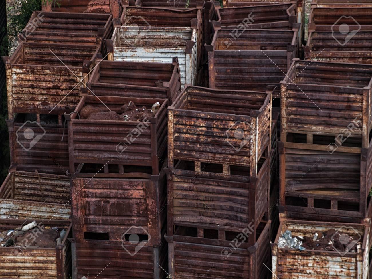 Stapel Von Verworfenen Rostigen Metall Aufbewahrungsboxen