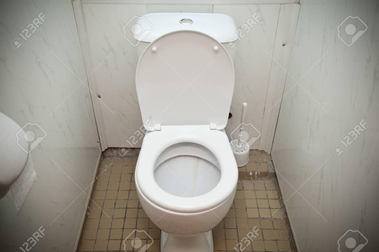 Günstige Weiße Toilette Im Badezimmer Lizenzfreie Fotos, Bilder Und ...