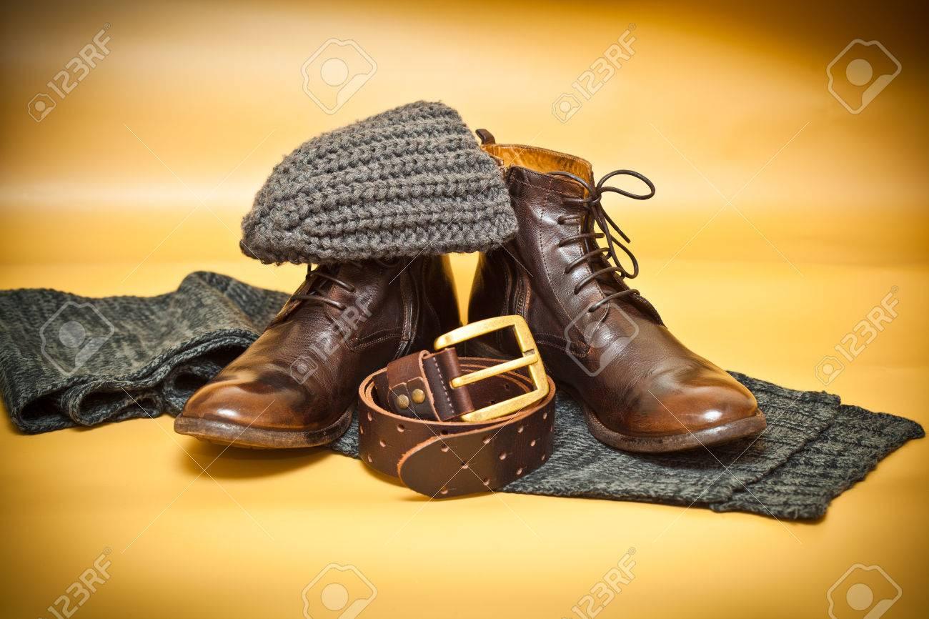 bd768fac2ed3 Banque d images - Chaussures en cuir de mode, boucle de ceinture, écharpe  et un chapeau. Autumn still life de vêtements