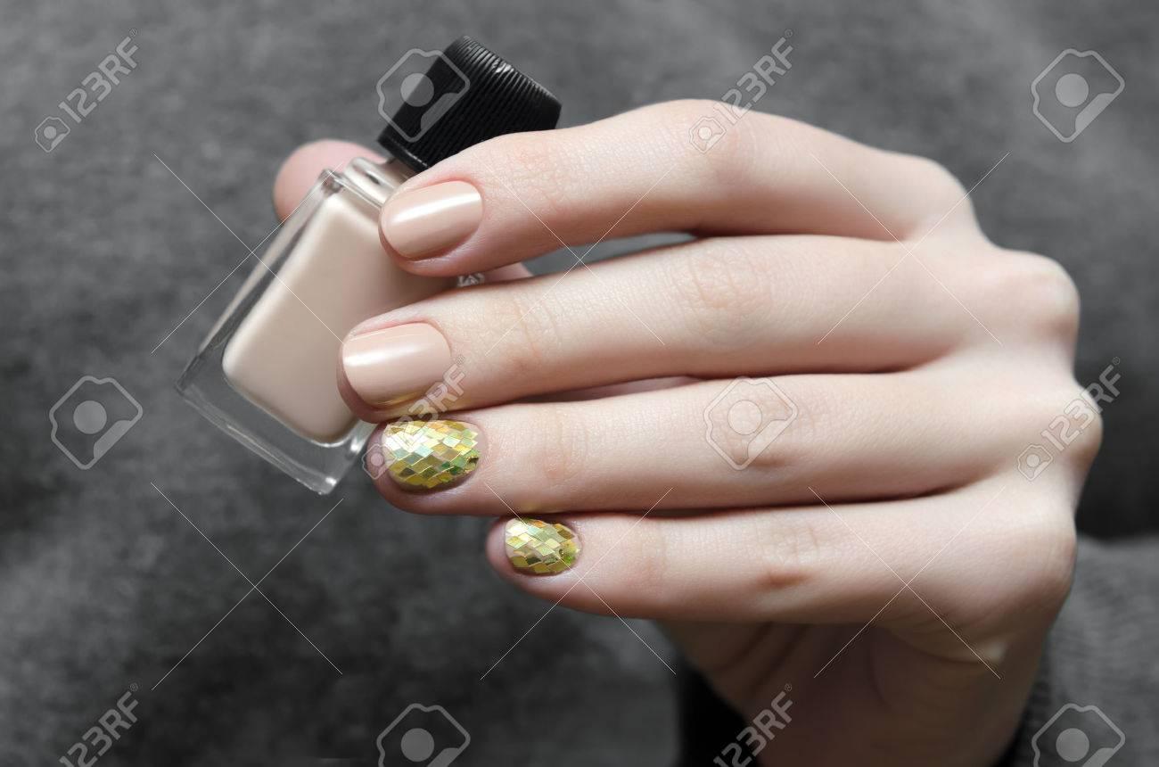 Hermosa Mano Femenina Con El Diseño De Uñas De Color Beige Cálido