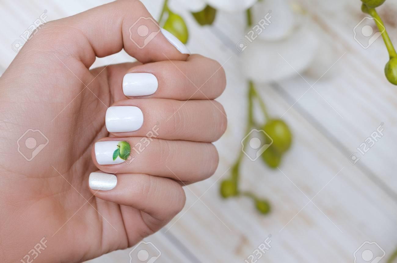Hermosa Mano Femenina Con Diseño De Uñas Blancas