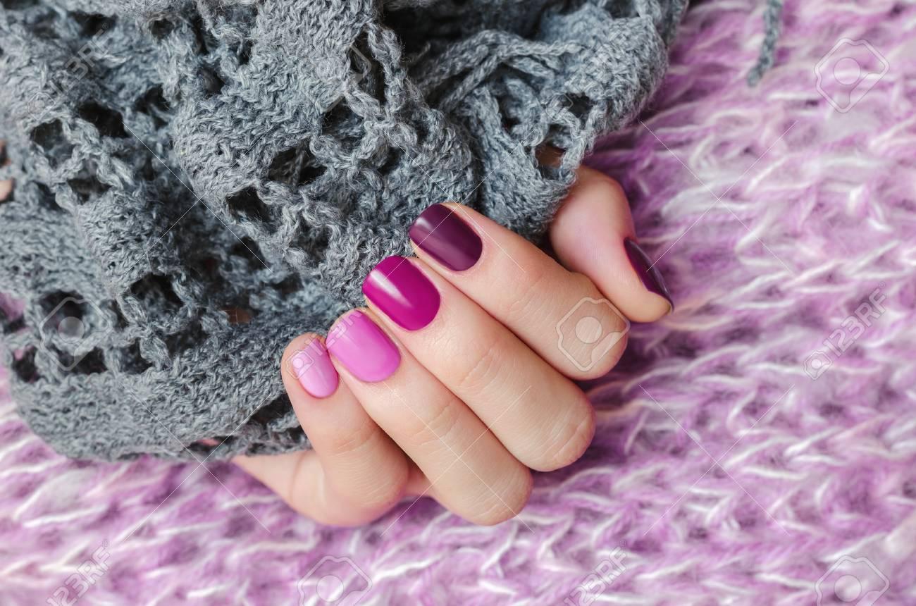 Diseño De Uñas Rosa Hermosa Mano Femenina Con Diferentes Tonos De Manicura Rosa