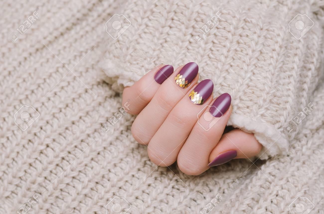 Schone Weibliche Hand Mit Lila Nageldesign Lizenzfreie Fotos Bilder
