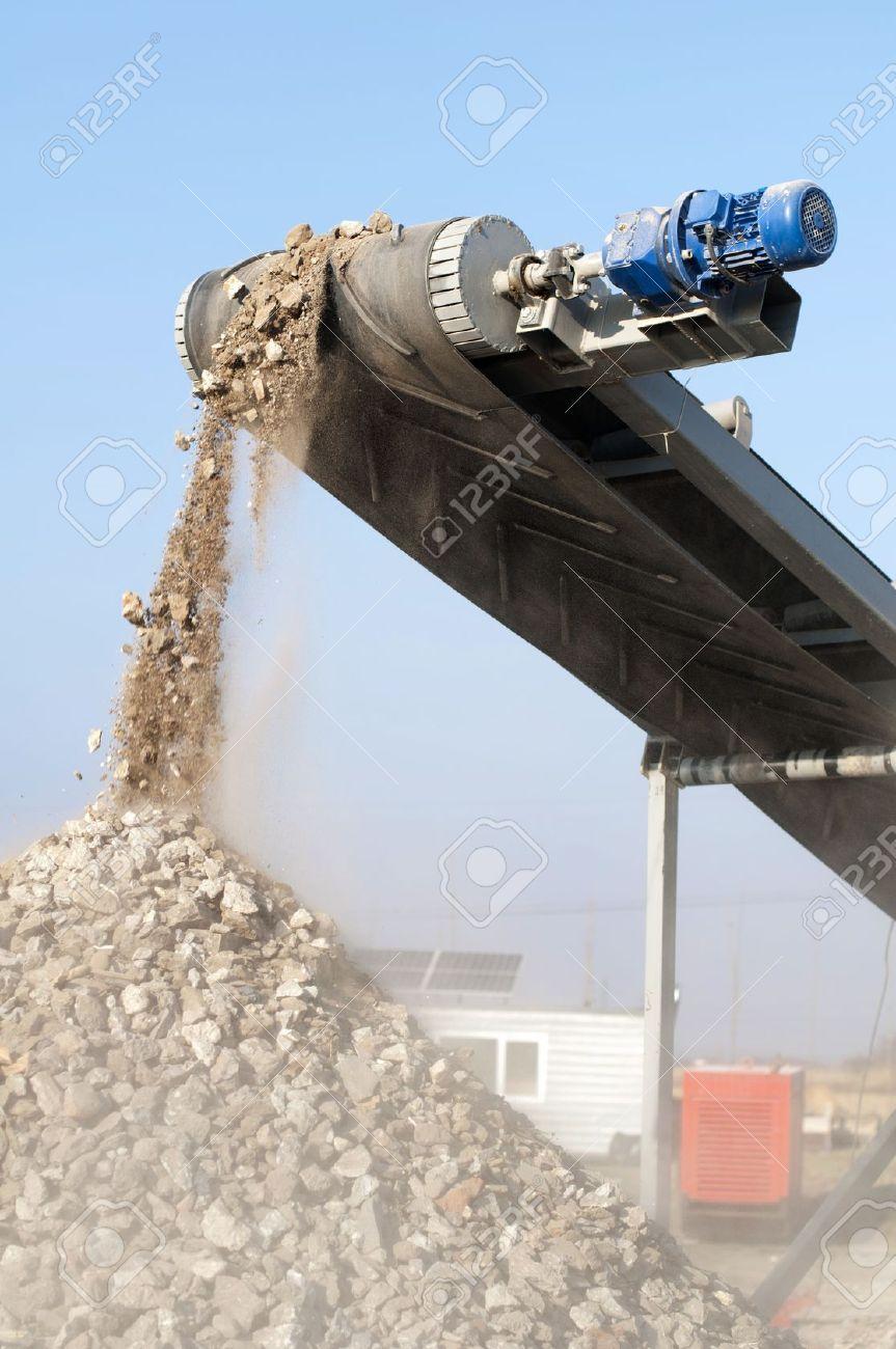 Machine for crushing stone. Falling rocks - 11343843