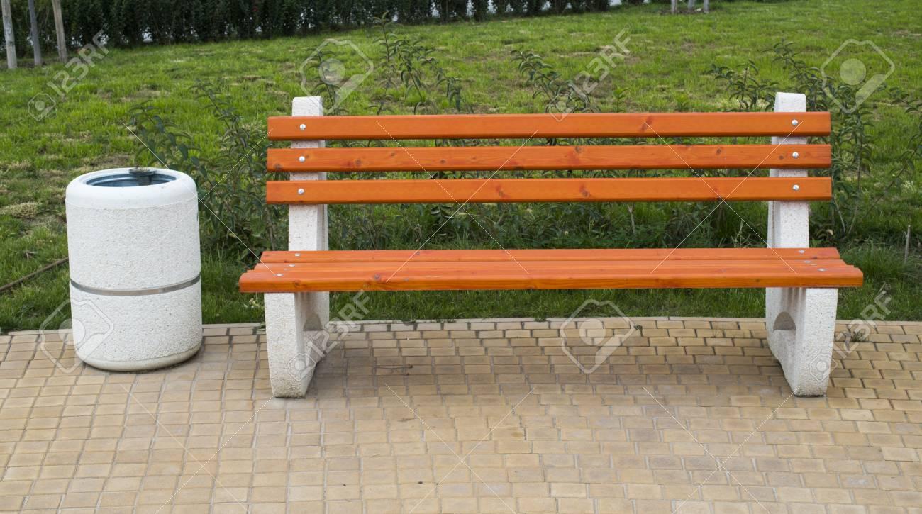Neue Holzbänke In Einem Park Lizenzfreie Fotos, Bilder Und Stock ...