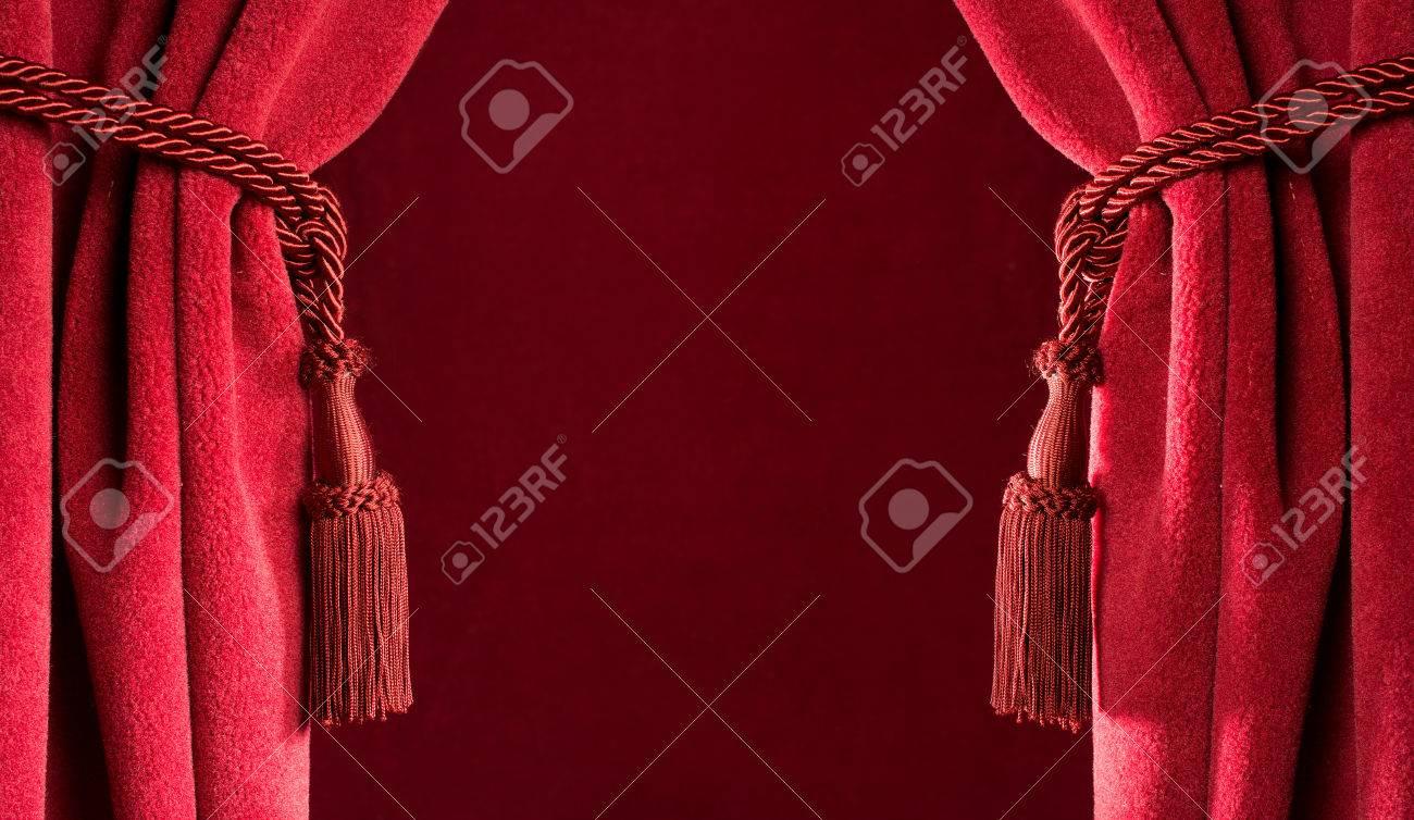 cortinas rojas del teatro y borlas rojas foto de archivo