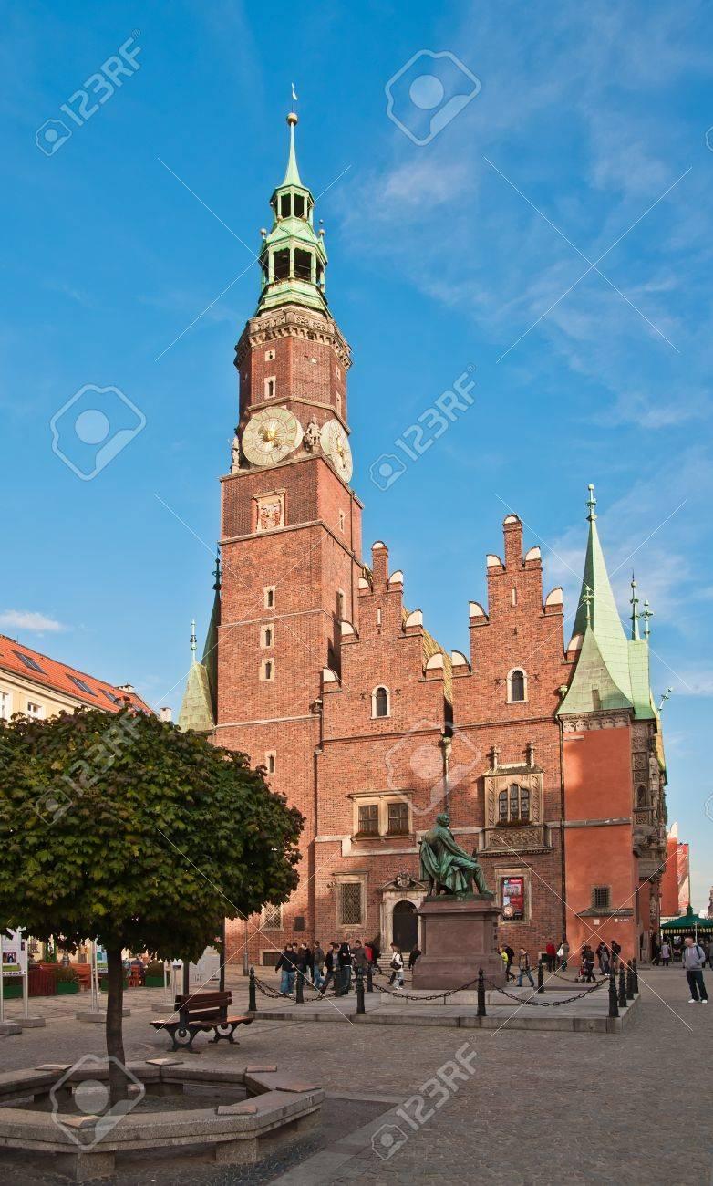 Gotische Rathaus Auf Dem Marktplatz In Wroclaw, Polen, Jetzt Heimat ...