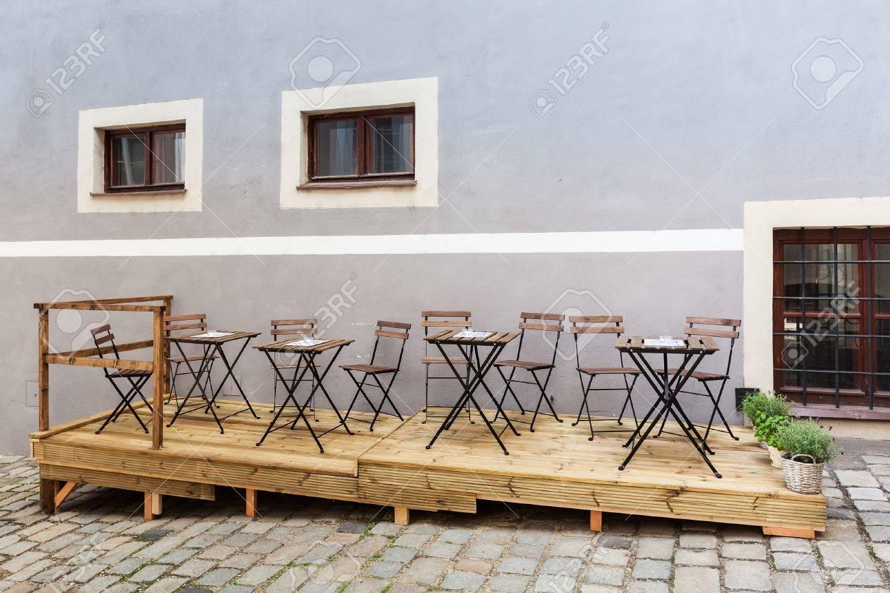 Sedie E Tavoli In Legno.Immagini Stock Ristorante Vuoto O Caffe Terrazza Bar Con Sedie E