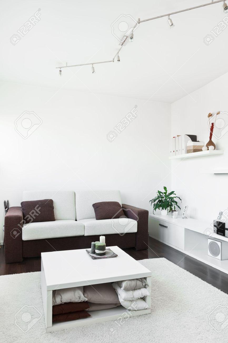 Moderne Wohnzimmer Mit Schreibtisch Und Computer Dem Bildschirm, Sofa Und  Tisch Mit Weißem Teppich Auf