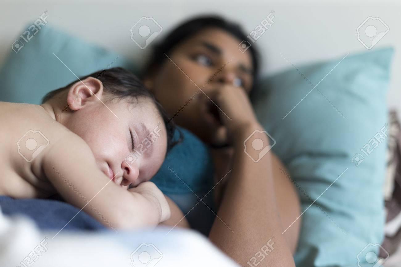 Baby Schläft Im Bett Auf Seiner Mutter Brust Der Die Pause Vom
