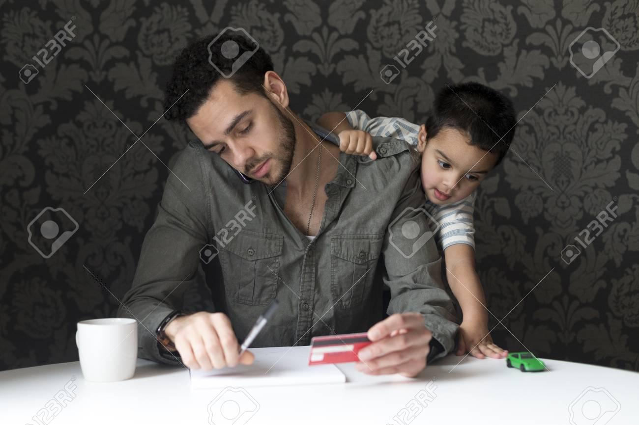 Pagos Su PadreJugando Niño En Del Está De Facturas Pequeño Través El Tratando Hacer JuguetePadre Coche A Subiendo Con XOP0w8nk