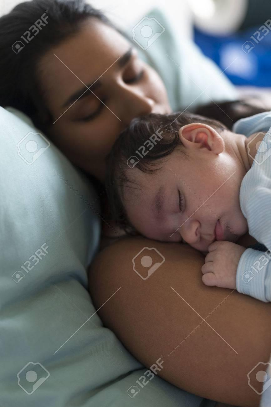 Junge Mutter Auf Ihrer Brust Ein Nickerchen Im Bett Mit Ihrem