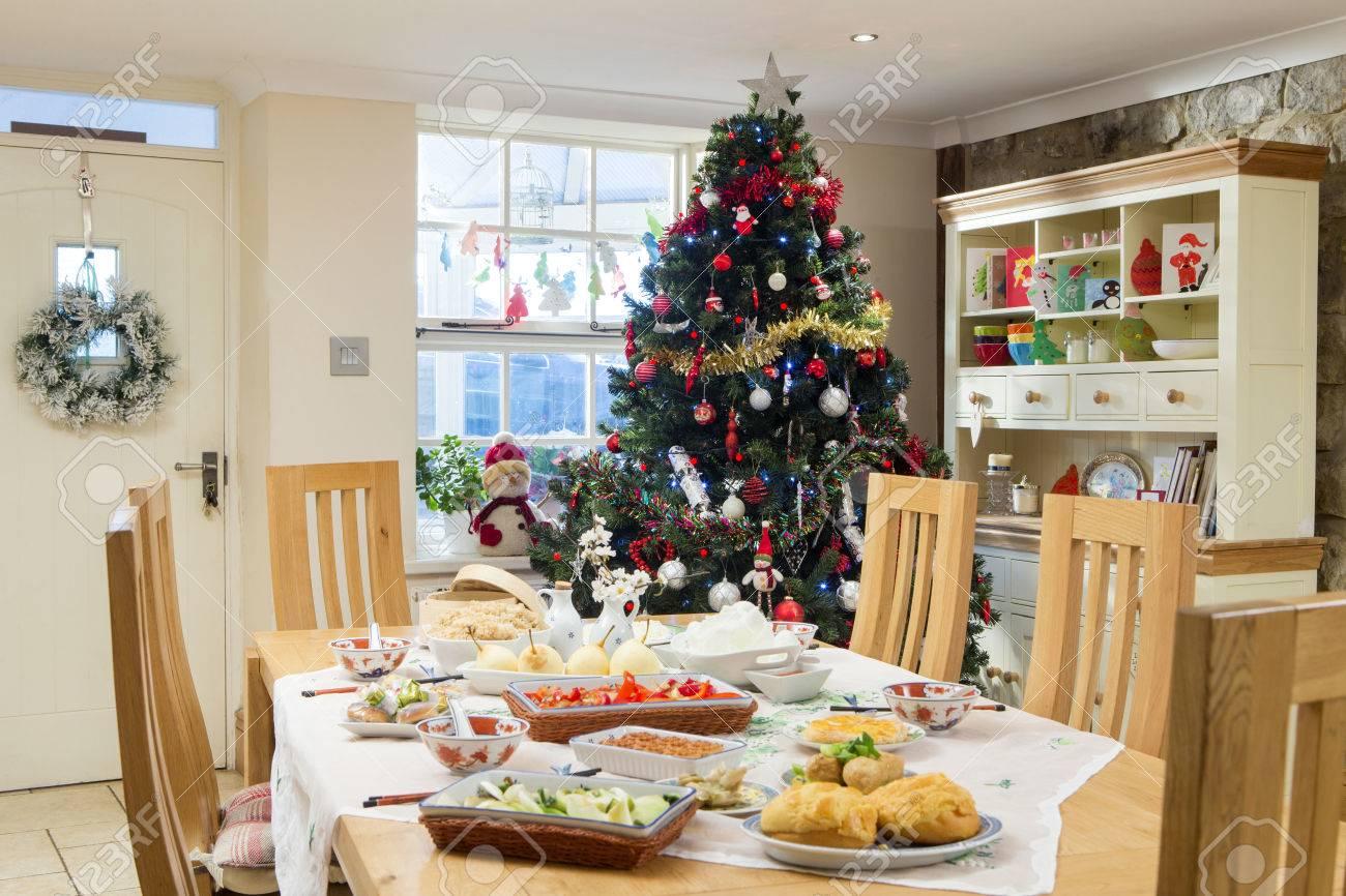 Decorazioni Sala Natale : Immagini stock vuoto sala da pranzo a natale. e decorato con un