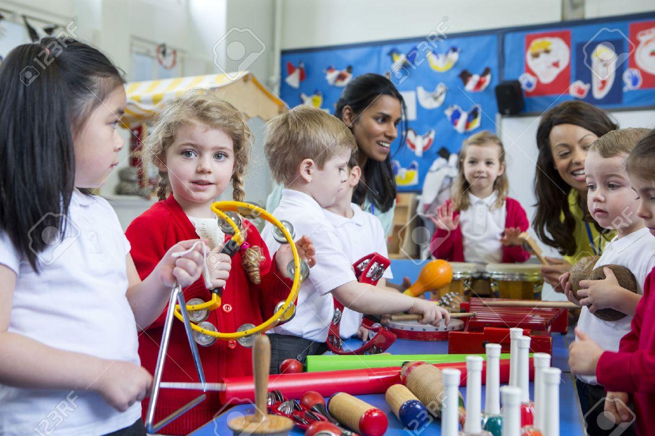 Kindergarten kinder mit musikinstrumenten in der klasse zu spielen