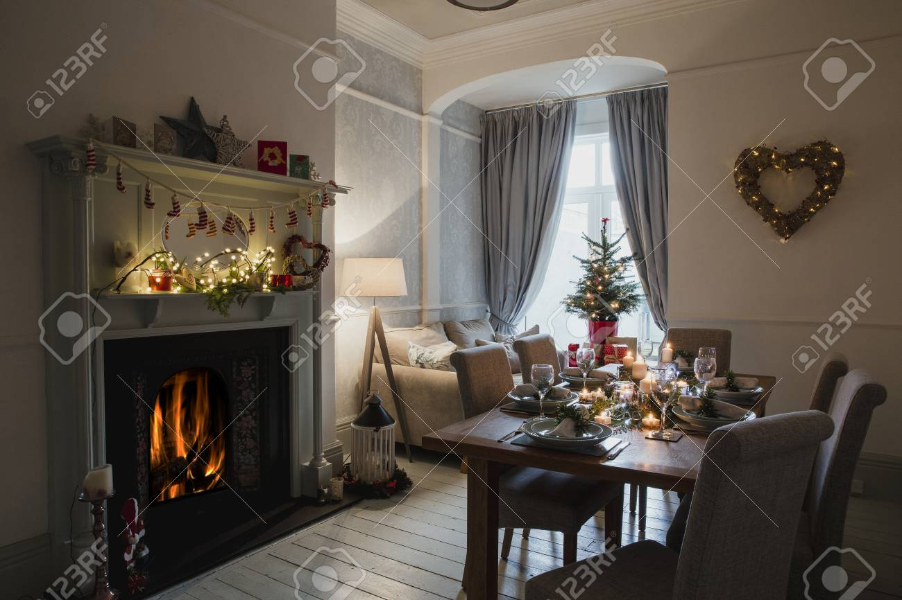 Decorazioni Sala Natale : Immagini stock sala da pranzo di una casa decorata per natale. il