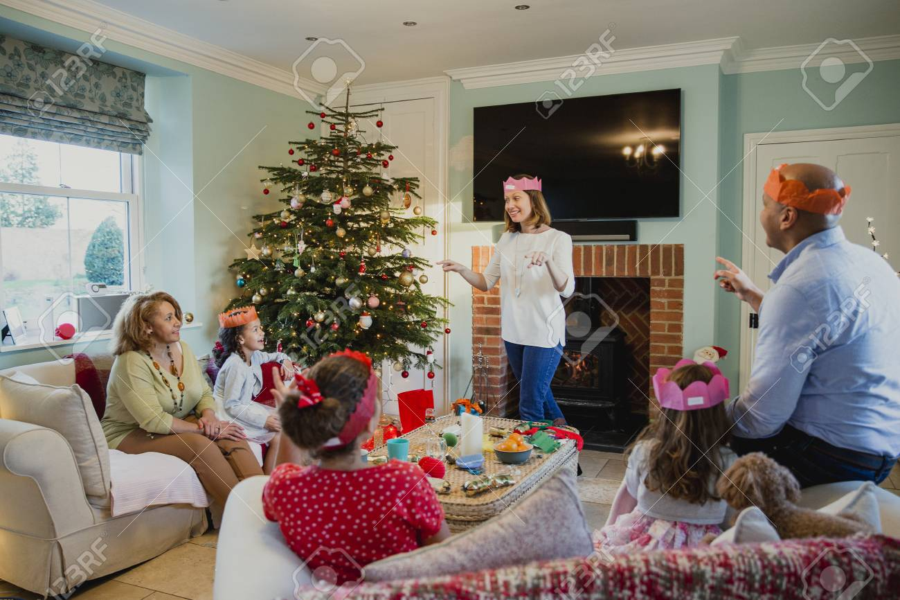La Famiglia Gioca A Sciarade Nel Periodo Natalizio Nel Soggiorno ...