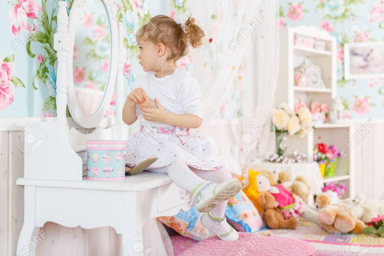Jolie Petite Fille Jouant Avec Des Produits Cosmétiques Près De ...