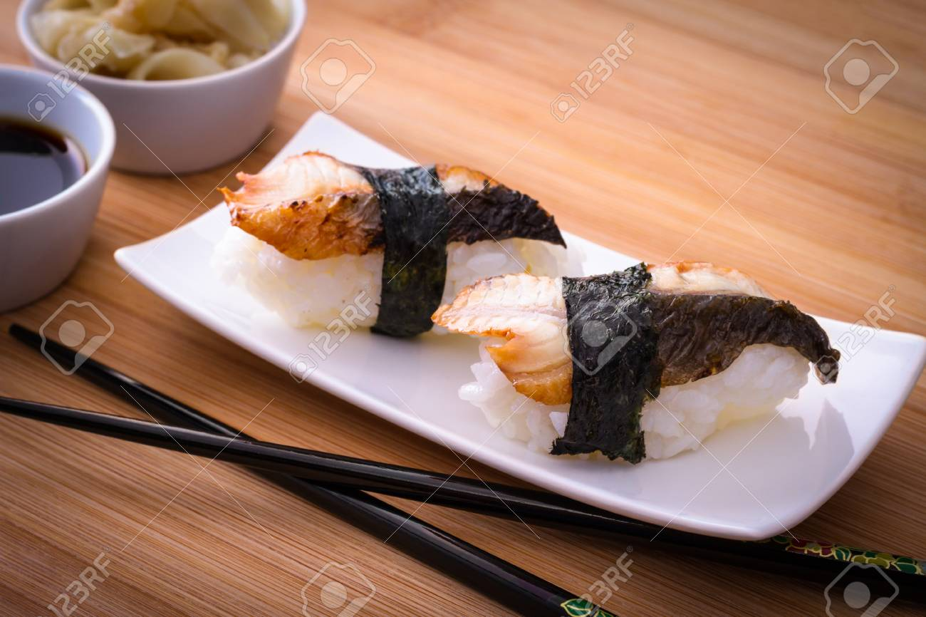 Archivio Fotografico , Due nigiri sushi anguilla sul tavolo di bambù, close  up