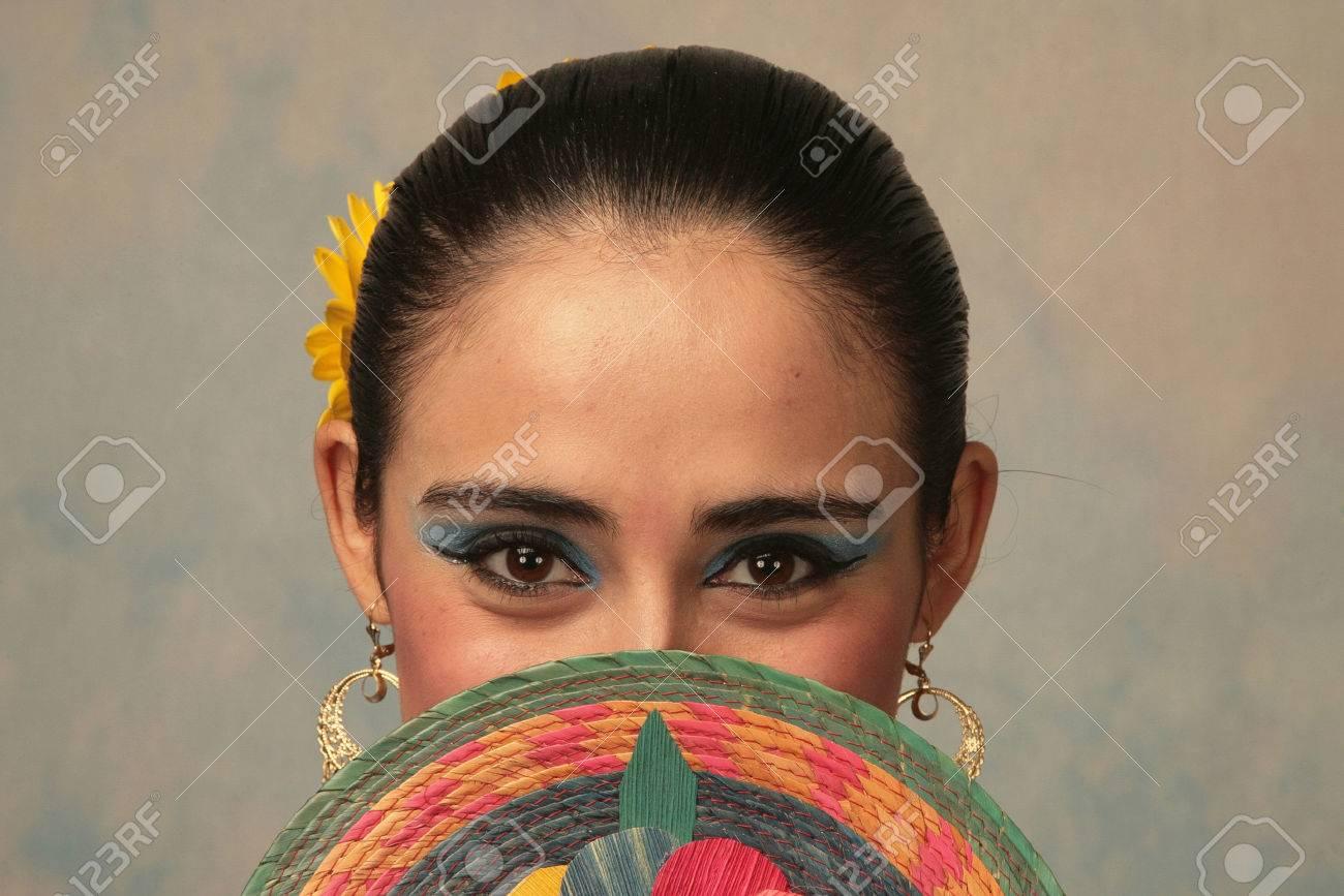 Bailarina mexicana tradicional de Nayarit Foto de archivo - 47916996
