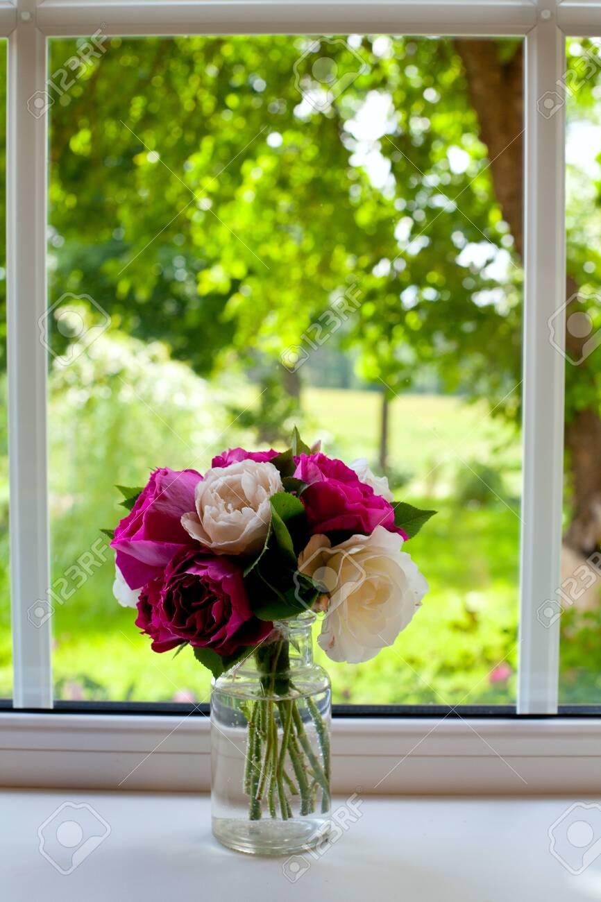Αποτέλεσμα εικόνας για roses on  the window