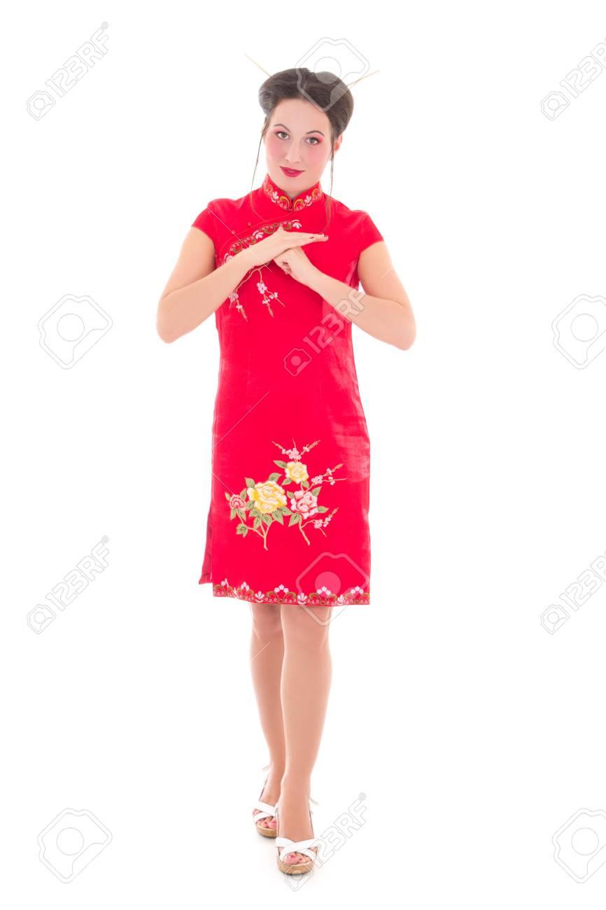 bdaac2f4b Foto de archivo - Joven y atractiva morena en vestido rojo japonés aislado  en fondo blanco