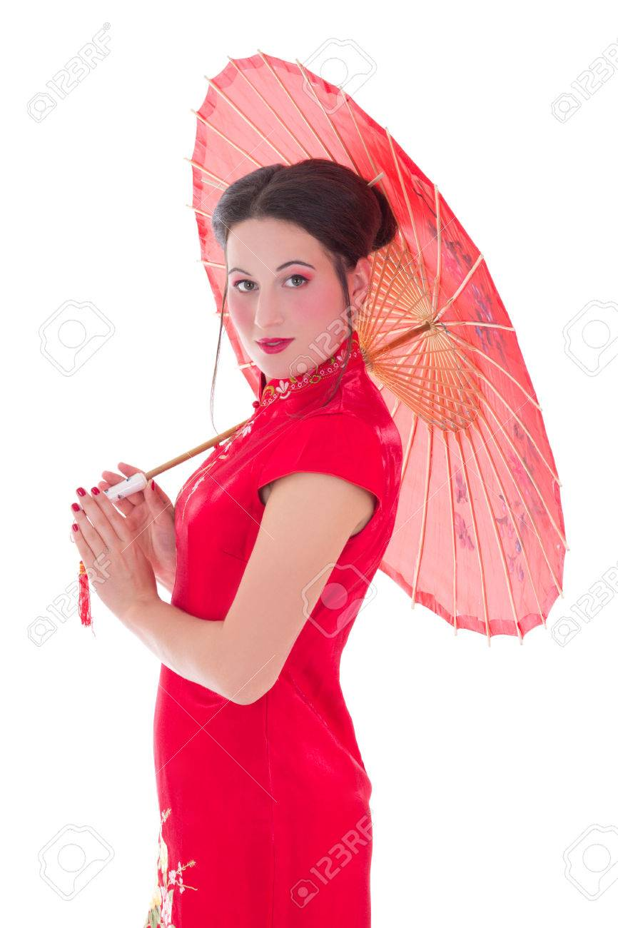 64740fee7 Foto de archivo - Mujer joven y atractiva en el vestido rojo japonés con el  paraguas aislados en fondo blanco
