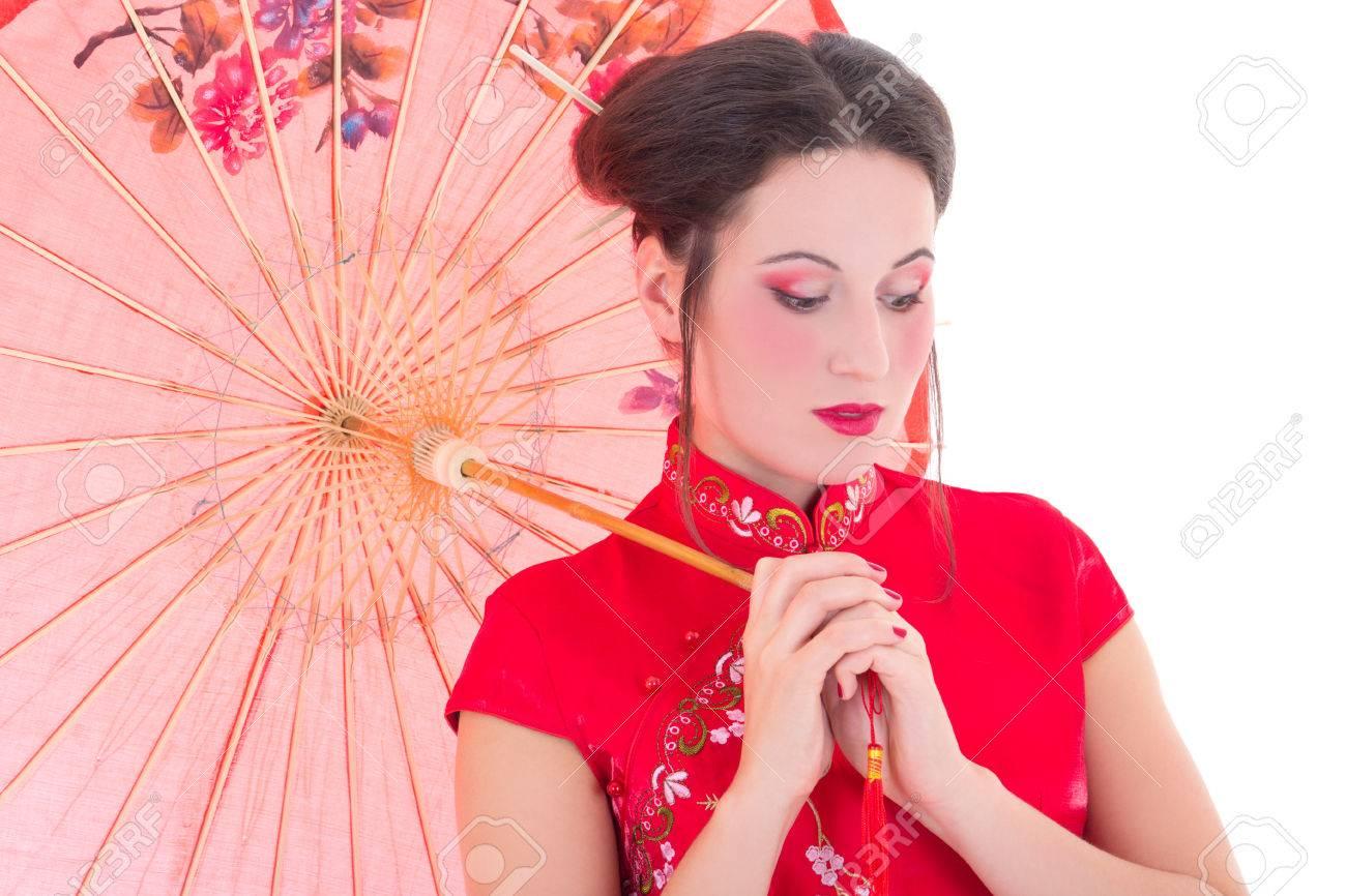 184fbe956 Cerca retrato de mujer joven y atractiva en el vestido rojo japonés con  paraguas aislados sobre