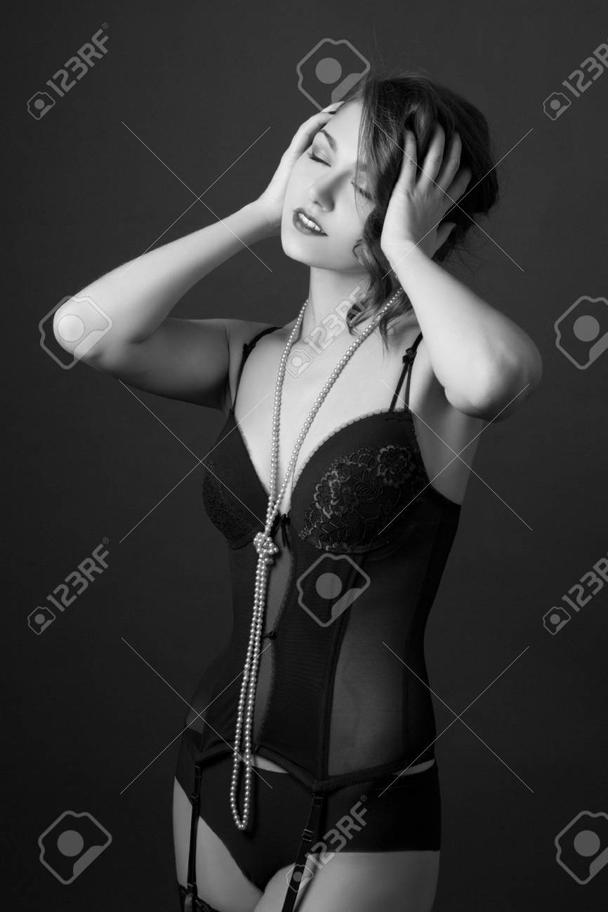 7aa95c20f Banque d images - Portrait en noir et blanc de la belle femme séduisante  dans la lingerie