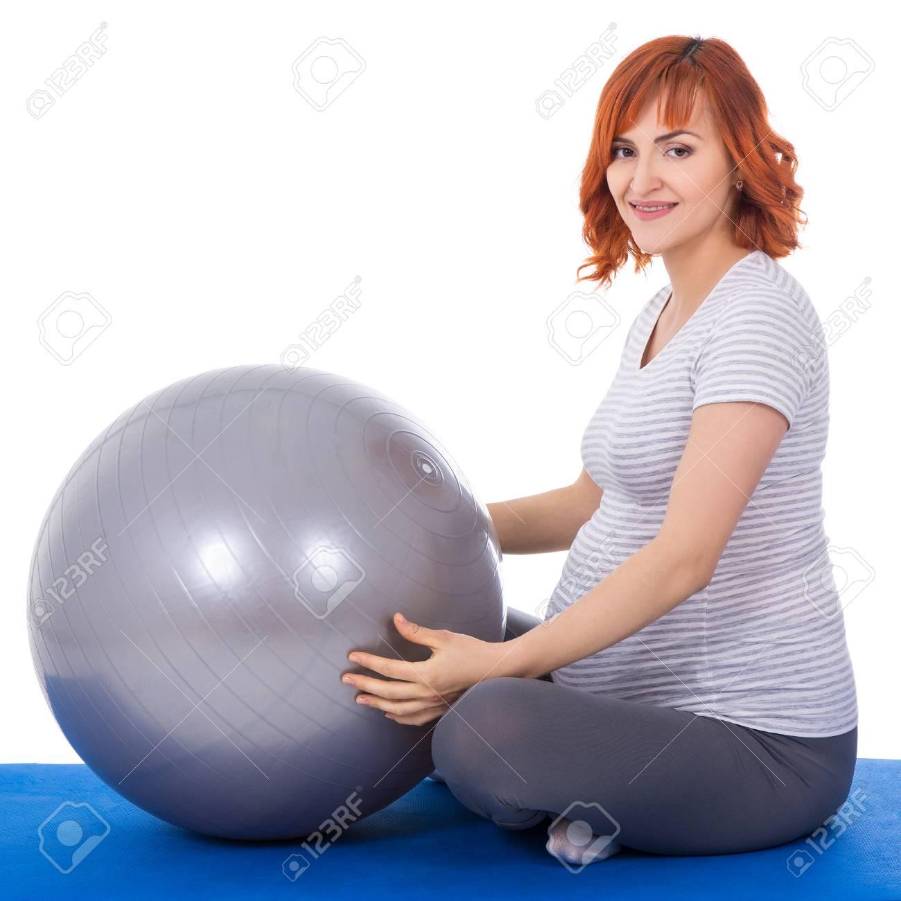 Foto de archivo - Jóvenes hermosas haciendo ejercicios con fitball mujer  embarazada aislados en el fondo blanco 0b5e76764f5d