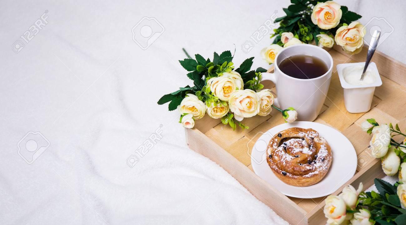Immagini Stock Colazione A Letto Con Il Panino Te E Yogurt Sul Vassoio Di Legno E Di Fiori Image 54018786