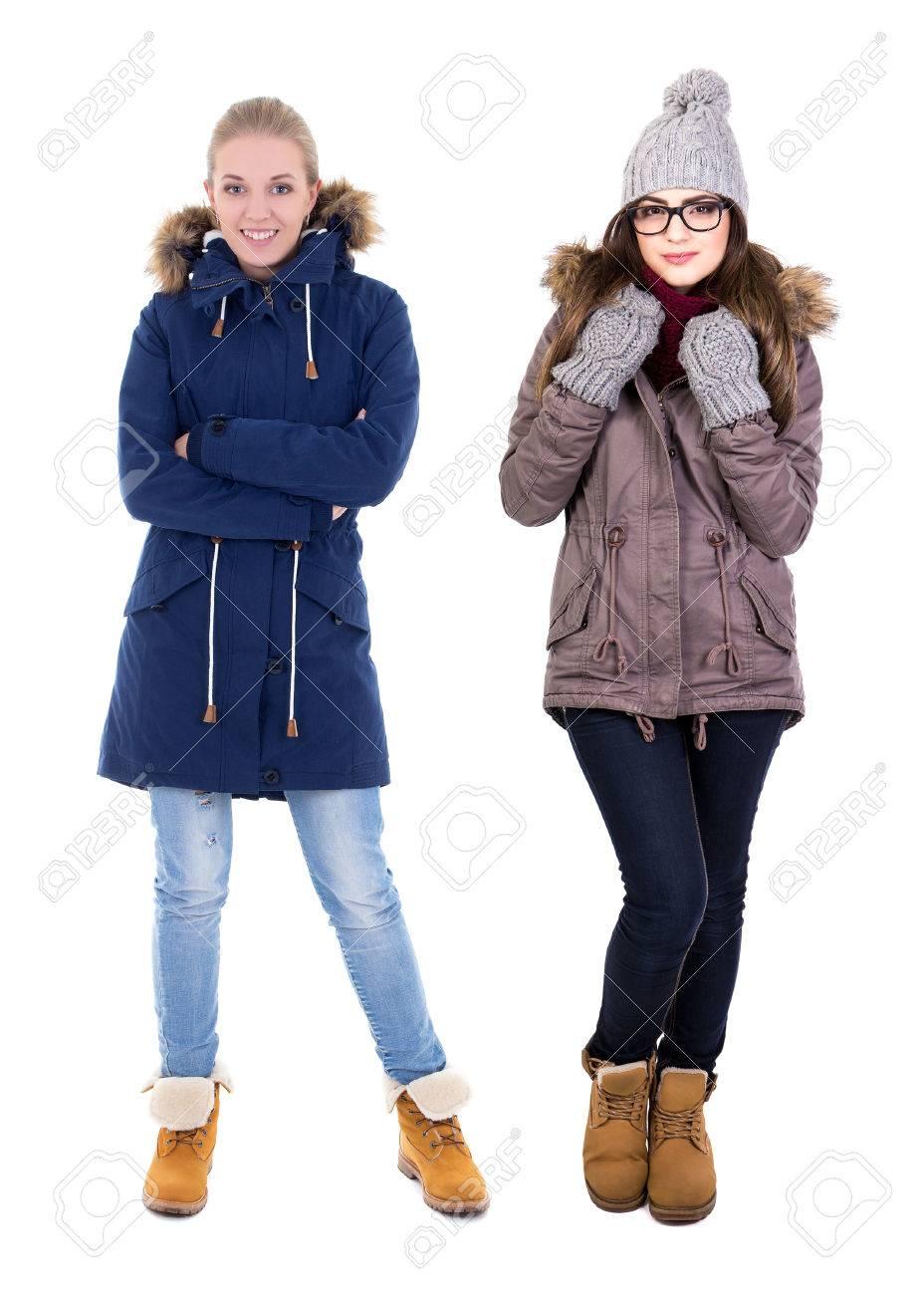9a3db4c0ec62 Retrato de cuerpo entero de dos mujeres jóvenes en ropa de invierno  aislados en fondo blanco