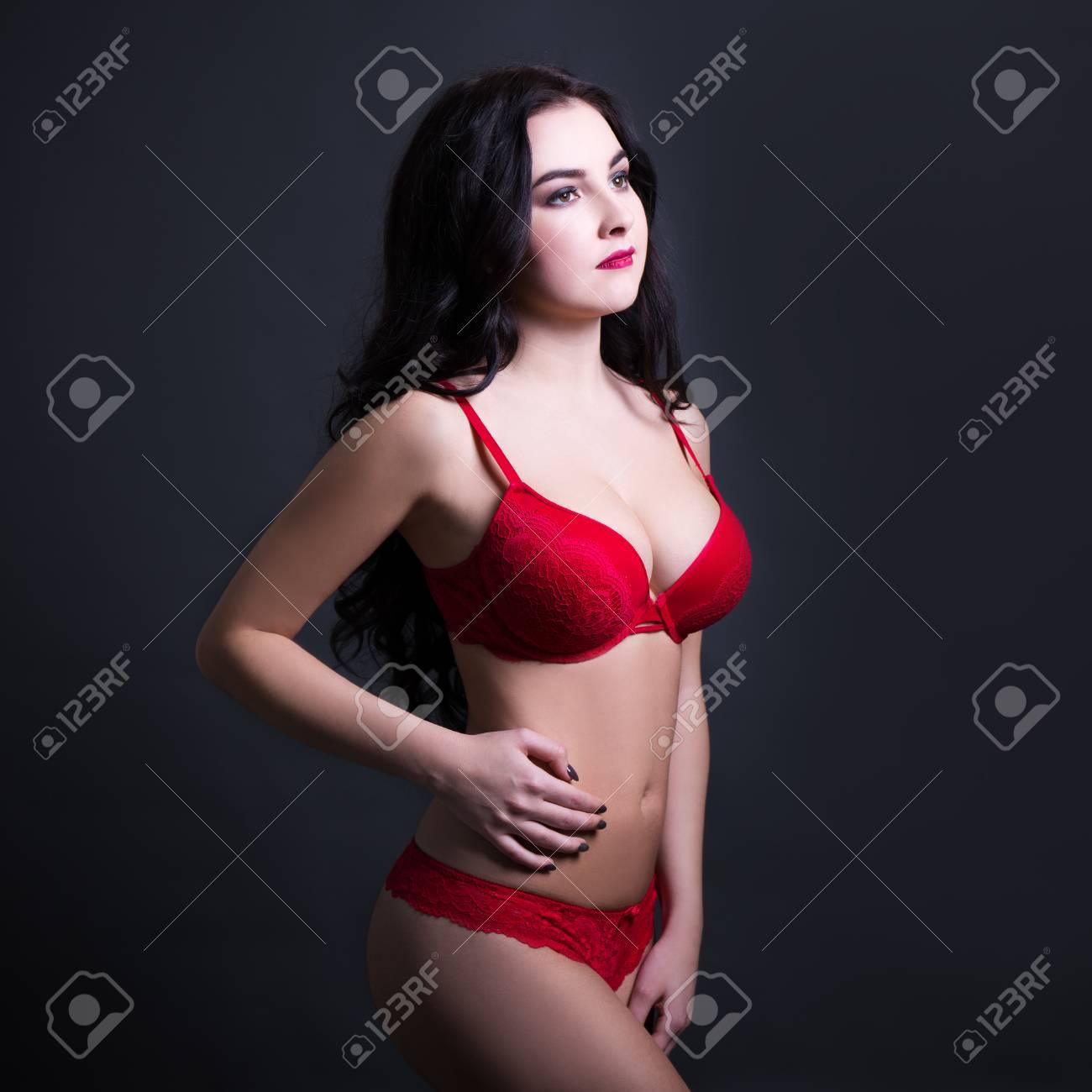 eb5575f3bf Foto de archivo - Sexy joven y bella mujer en lencería de encaje rojo  posando sobre fondo negro