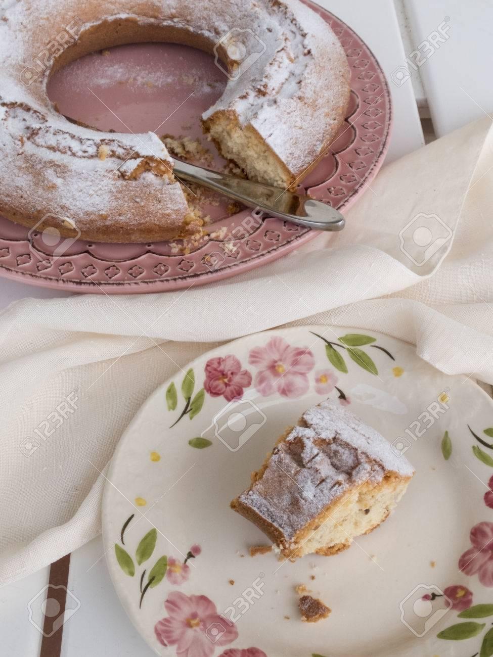 Scheibe Kuchen Ciambellone Mit Krumel Auf Keramikplatte Gemalt Mit