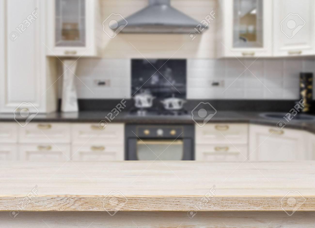 mesa con textura de madera sobre fondo borroso cocina interior de la vendimia foto de archivo