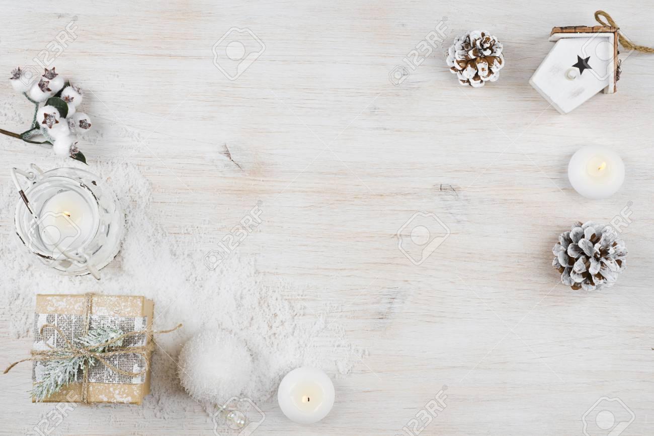 fond de vacances d'hiver sur panneau de texture en bois blanchi