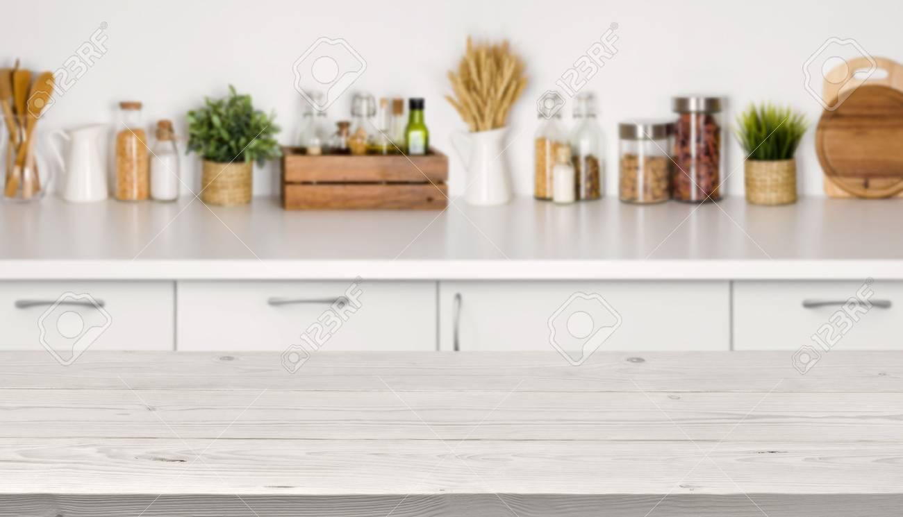 Table En Bois Vide Avec Image Bokeh De Lintérieur Du Banc De