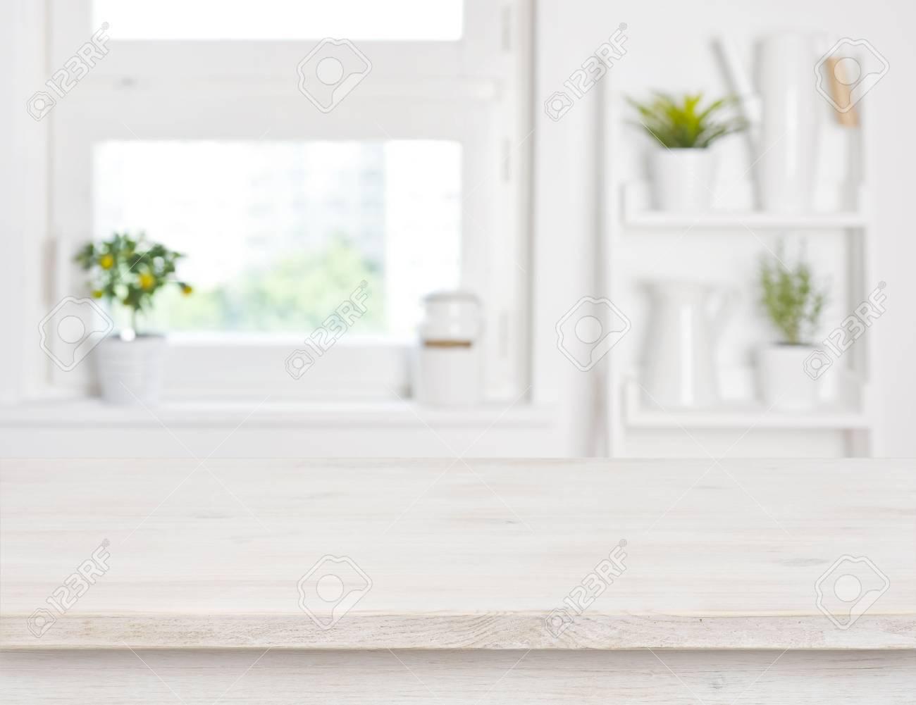 vide table en bois blanchi et étagères de fenêtre de cuisine fond
