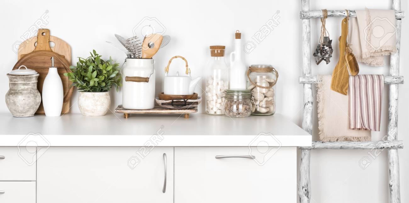 Banc De Cuisine Rustique Et échelle Avec Divers Ustensiles Sur Blanc