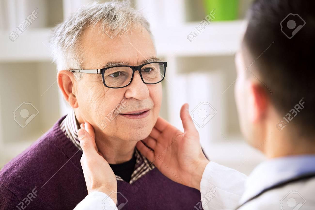 Doctor Que Examina Viejas Ganglios Linfáticos De Pacientes ...