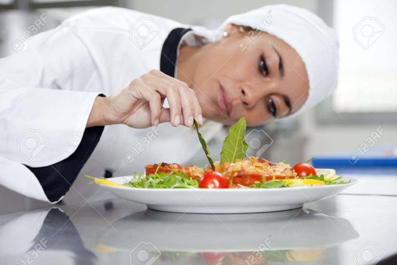 La Metà Degli Adulti Di Sesso Femminile Cuoco In Cucina Decorazione ...