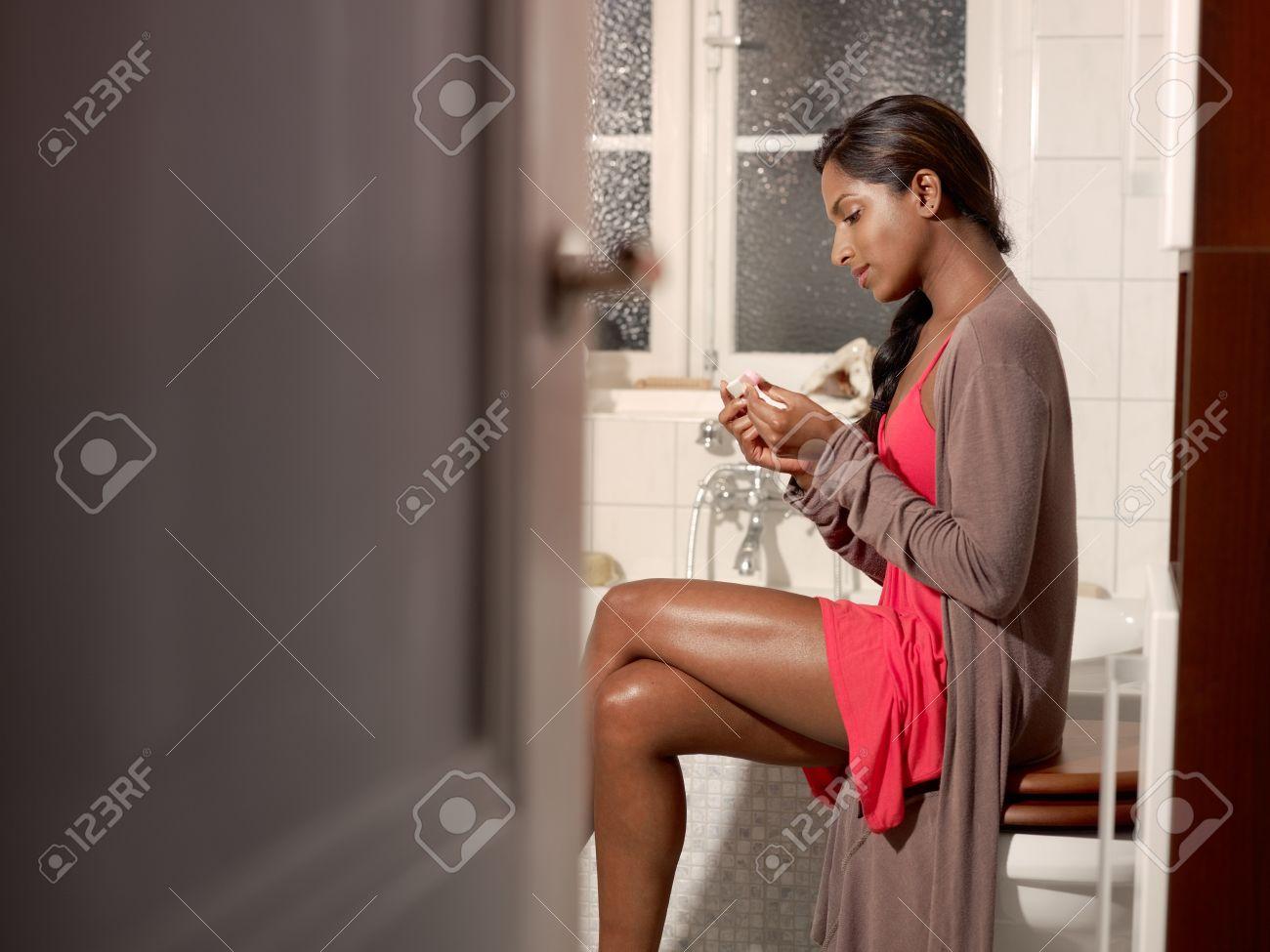 happy young woman mit schwangerschaftstest im badezimmer, Badezimmer ideen