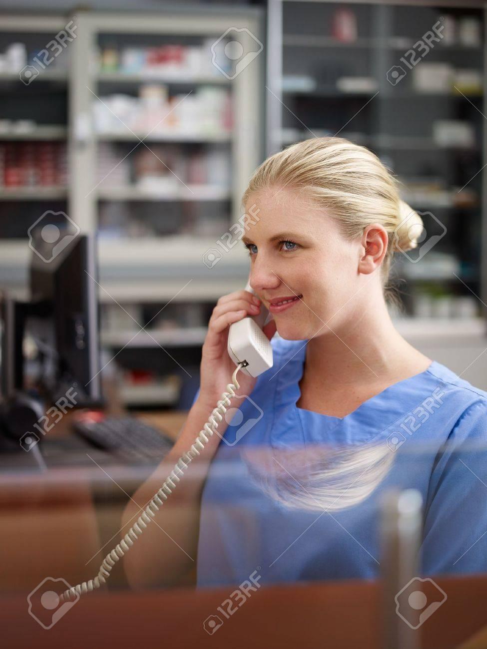 Junge Frau Bei Der Arbeit Als Rezeptionistin Und Krankenschwester Im ...