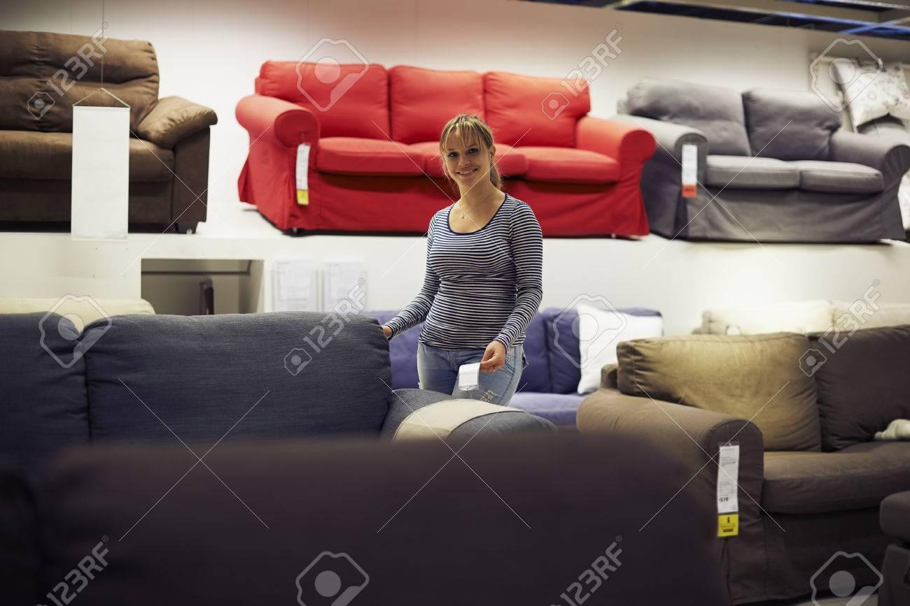 Joven Mujer Hispana Compras Para Los Muebles, Sofá Y Decoración Para ...