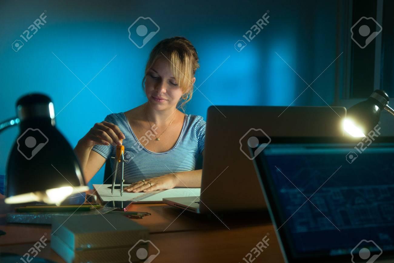 hermosa mujer que trabaja como diseador de interiores quedarse hasta tarde en la noche en