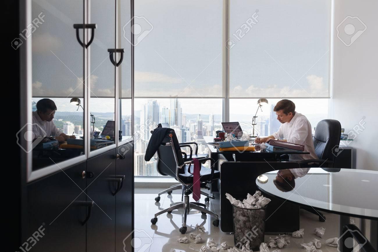 Corporate manager in ufficio moderno tenta di scrivere una lettera