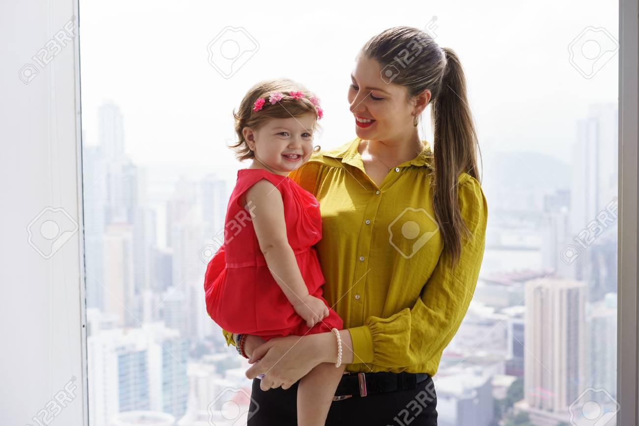Affaires blanc avec petite fille dans le bureau la maman exécutif