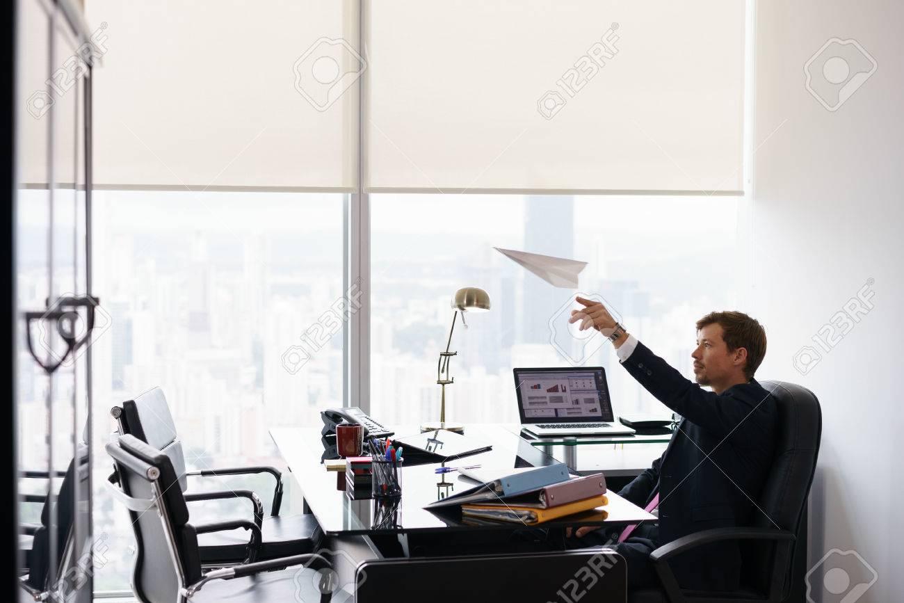 Chef d entreprise dans un bureau moderne prend une pause et