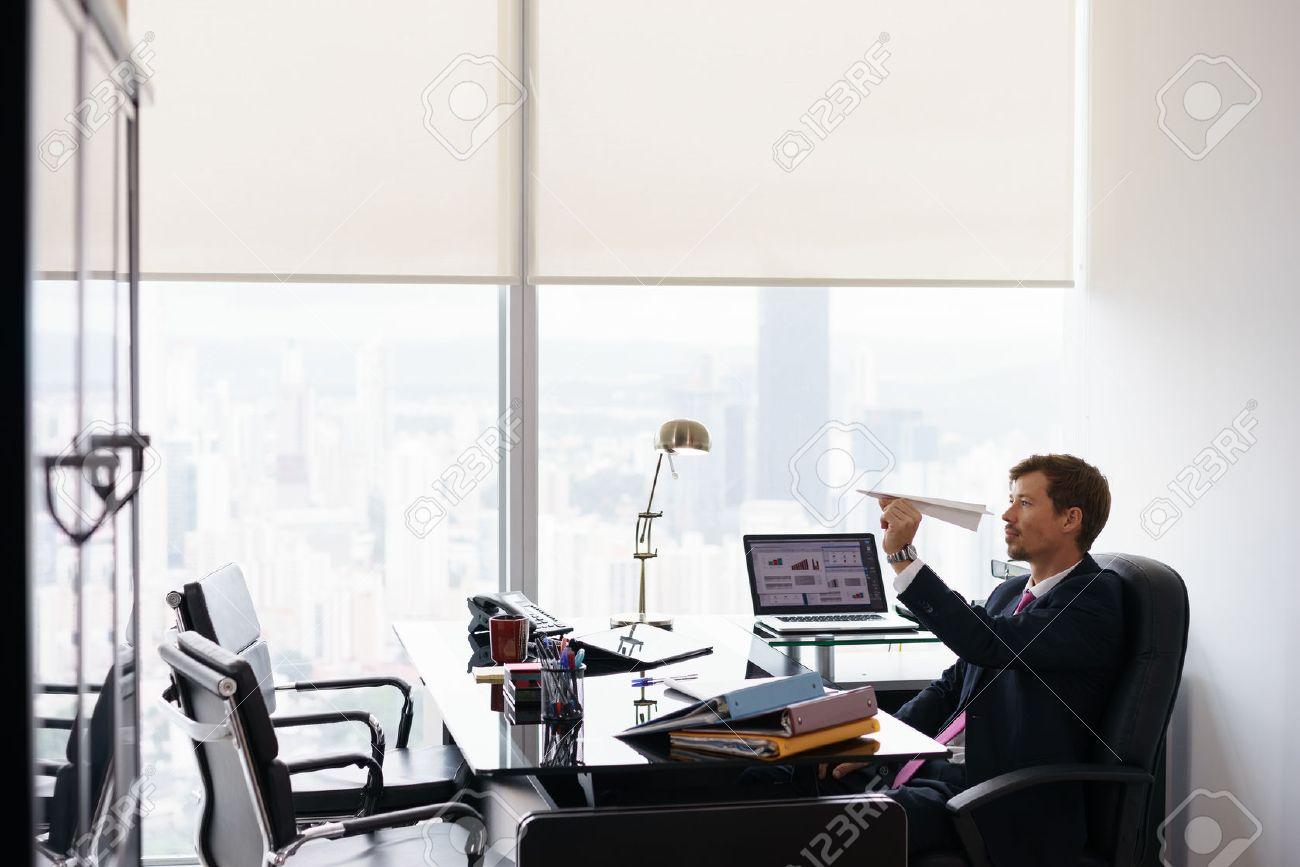 Directeur dentreprise dans le bureau moderne prend une pause et