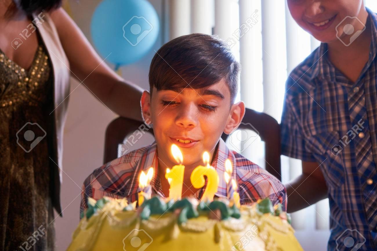 foto de archivo grupo de nios felices celebrando cumpleaos en casa los nios y amigos que se divierten en la fiesta nio soplando las velas en la